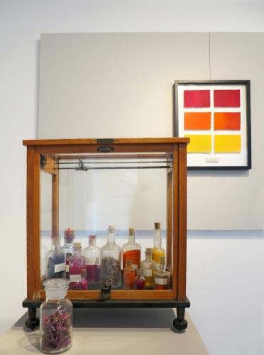 Apothekerflaschen, Pigmente, Glaskasten